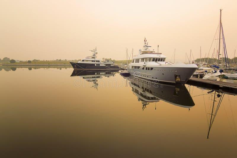 Schiff am Dock lizenzfreie stockfotografie
