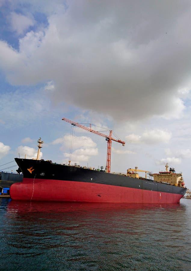 Schiff durch das Ufer von Senegal lizenzfreie stockbilder