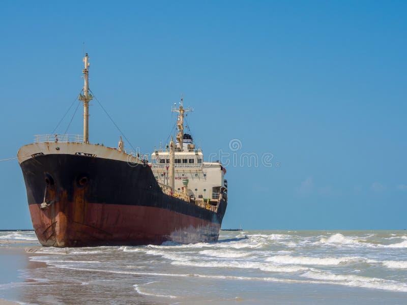 Schiff gestrandet laufen gelassen auf Sandufer lizenzfreies stockfoto