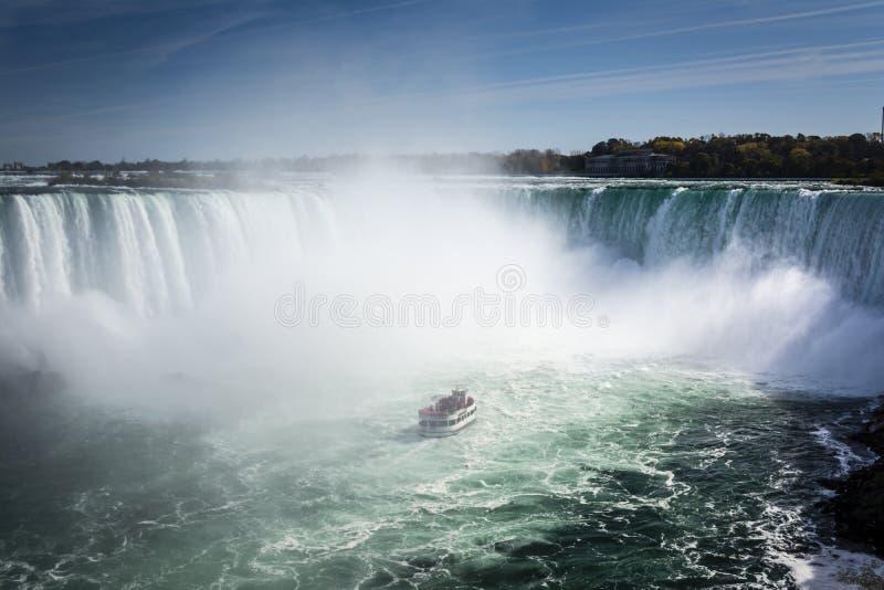 Schiff im Nebel von Niagara- Fallswasserfall lizenzfreie stockbilder