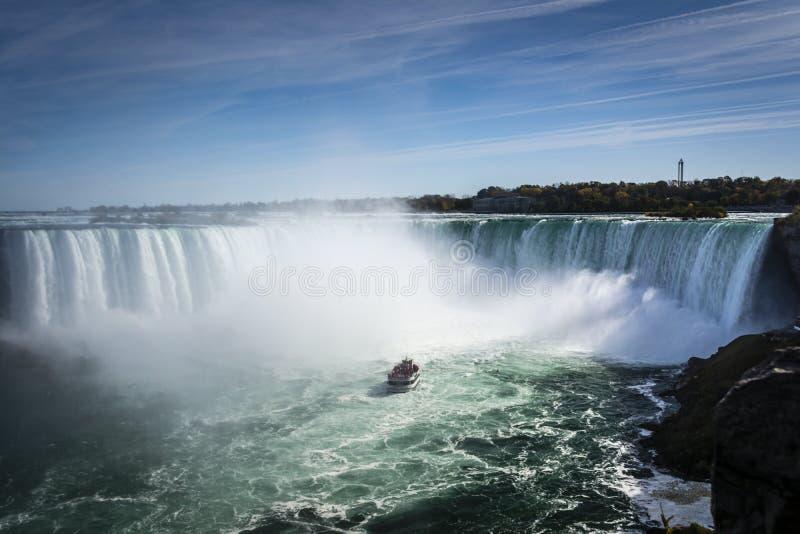 Schiff im Nebel von Niagara- Fallswasserfall stockfoto