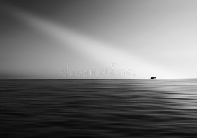 Schiff im Ozean mit hellem Leck lizenzfreie stockfotos