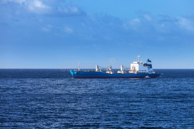 Schiff im ruhigen Ozean stockbilder