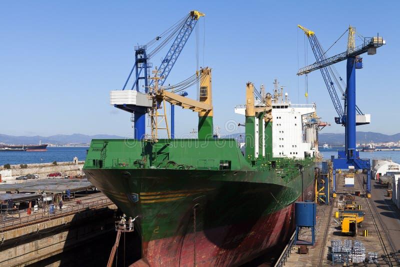 Schiff im Trockendock für Reparaturen stockbilder