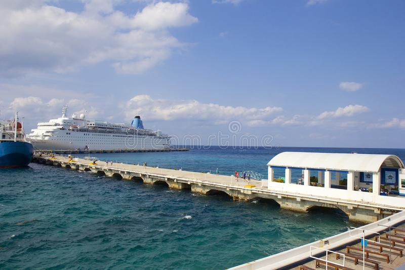 Schiff koppelte in Cozumel, Mexiko an, karibisch lizenzfreies stockfoto