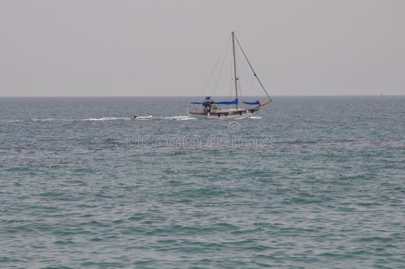 Schiff in Meer in Zypern lizenzfreie stockbilder