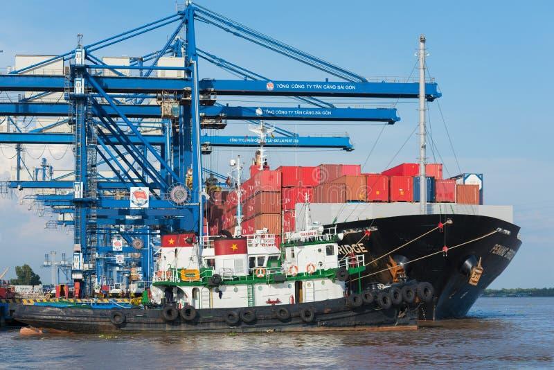 Schiff mit Frachtbehältern stockfoto