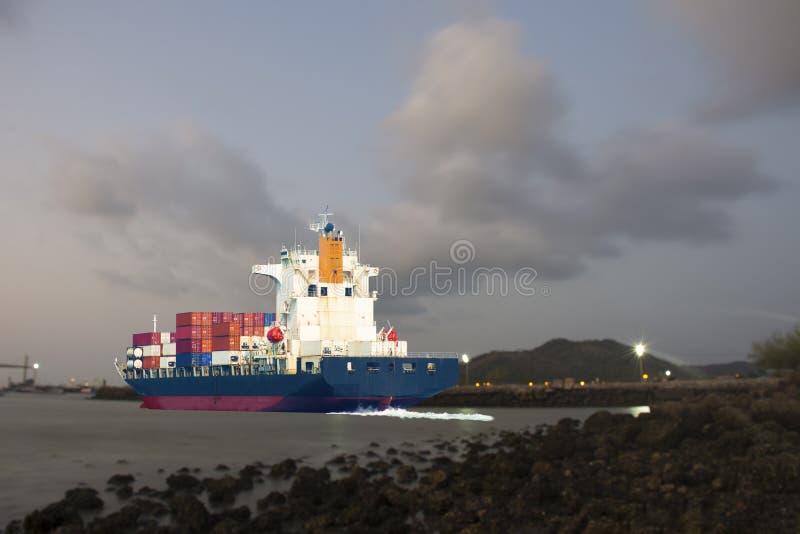 Schiff mit internationalem Behälter transportieren die Waren, die zum mercha versenden lizenzfreies stockbild
