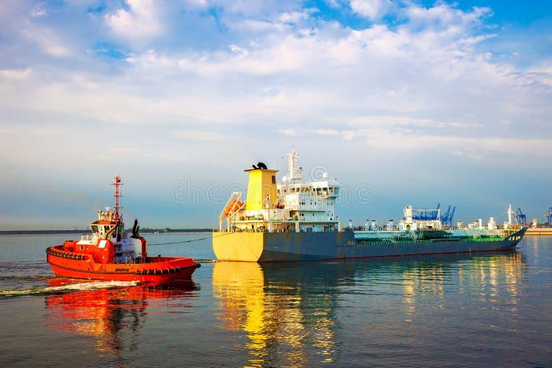 Schiff mit Schlepper stockbilder
