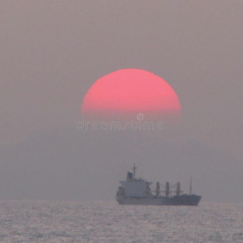 Schiff mit Sonnenuntergang stockfotografie