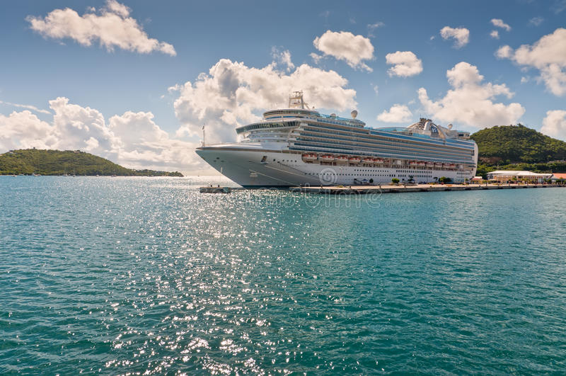 Schiff Prinzessin Cruises, welches die US-Jungferninseln besichtigt lizenzfreie stockfotos