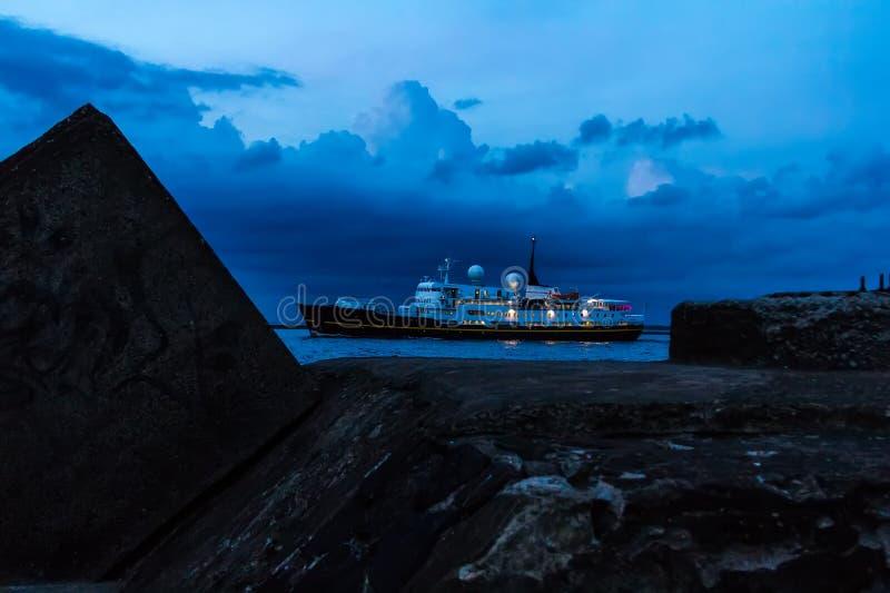 Schiff segelt Formhafen zum Golf von Riga in Sommer ` s sogar stockbilder