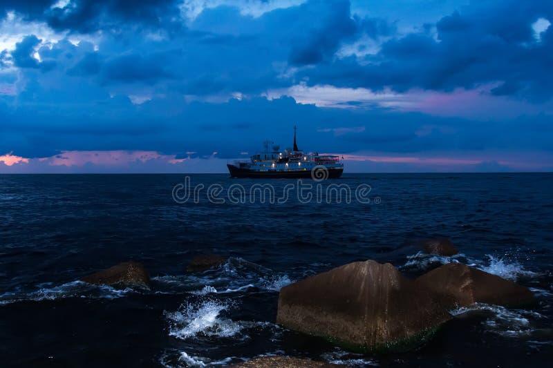 Schiff segelt Formhafen zum Golf von Riga in Sommer ` s sogar lizenzfreie stockfotografie