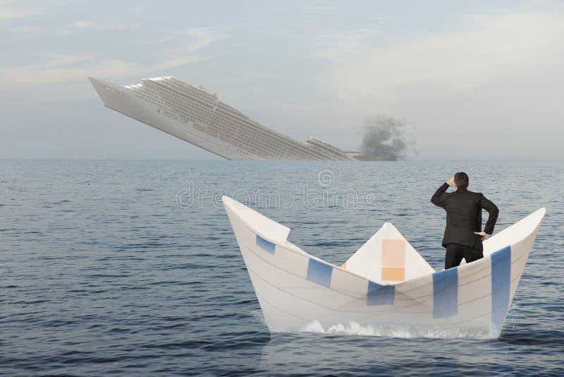 Schiff sinkt in das Meer lizenzfreies stockbild