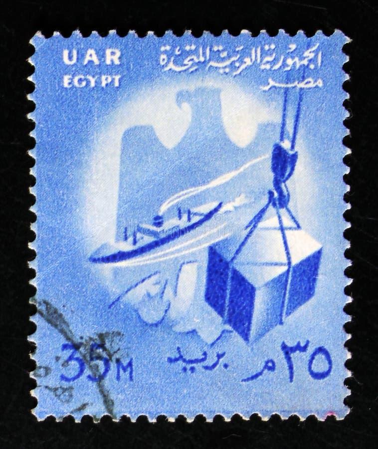 Schiff und Kiste auf Hebemaschine, Laden von Waren, Zustandsemblem, nationale Sonderzeichen serie, circa 1958 lizenzfreies stockbild