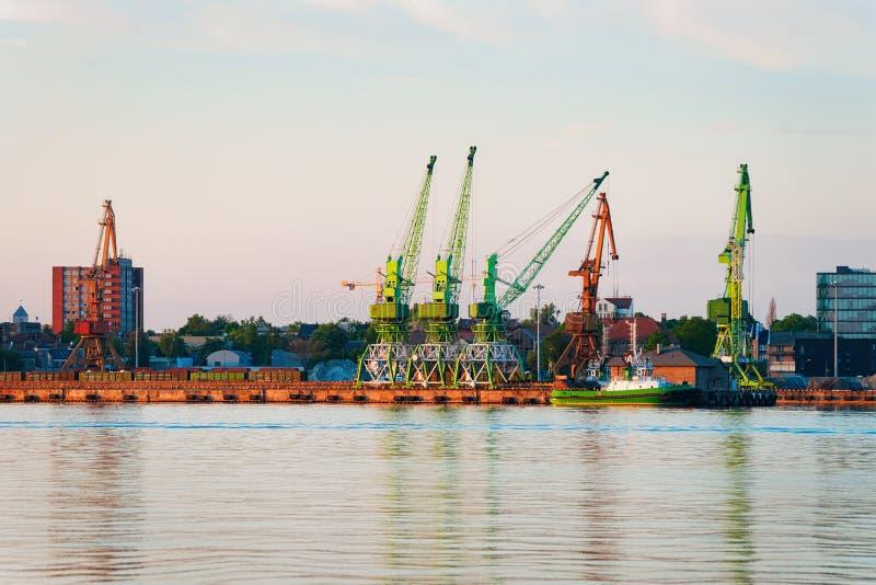 Schiff und Kräne am Hafen von Ostsee Klaipedas Litauen lizenzfreie stockfotos