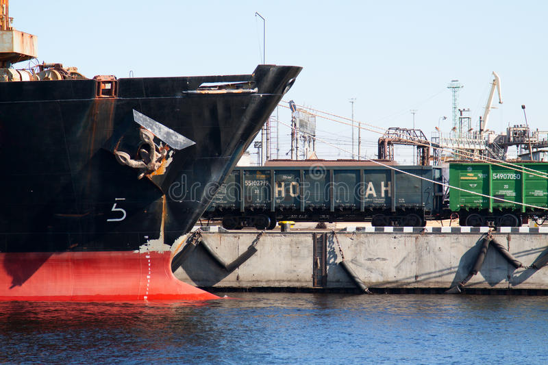 Schiff und Zug stockfotografie