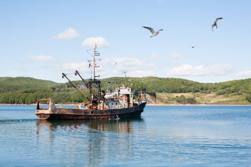 Schiff zum Meer heraus fischen lizenzfreies stockfoto