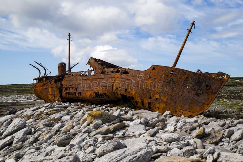 Schiffbruch auf den Felsen lizenzfreies stockbild