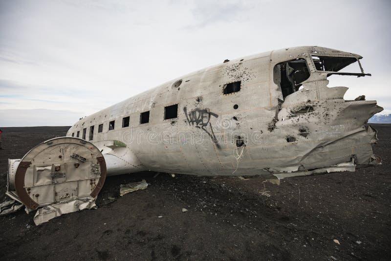 Schiffbruch des zerschmetterten Flugzeuges auf der Küste von Island lizenzfreie stockbilder