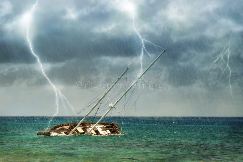 Schiffbruch im tropischen Sturm lizenzfreie stockfotos