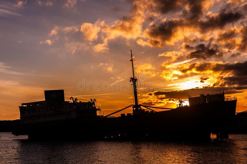 Schiffbruchschattenbild am Ufer von Lanzarote lizenzfreie stockfotografie