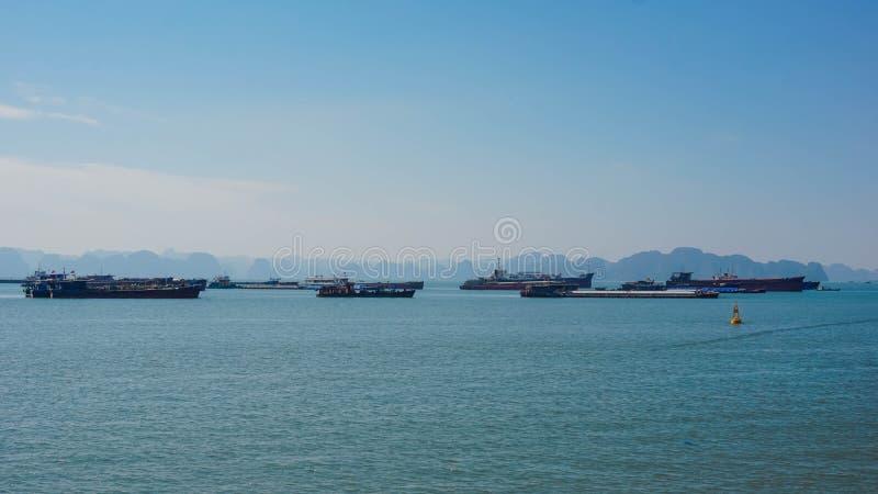 Schiffe in der Bucht von ha lang vietnam lizenzfreie stockfotos