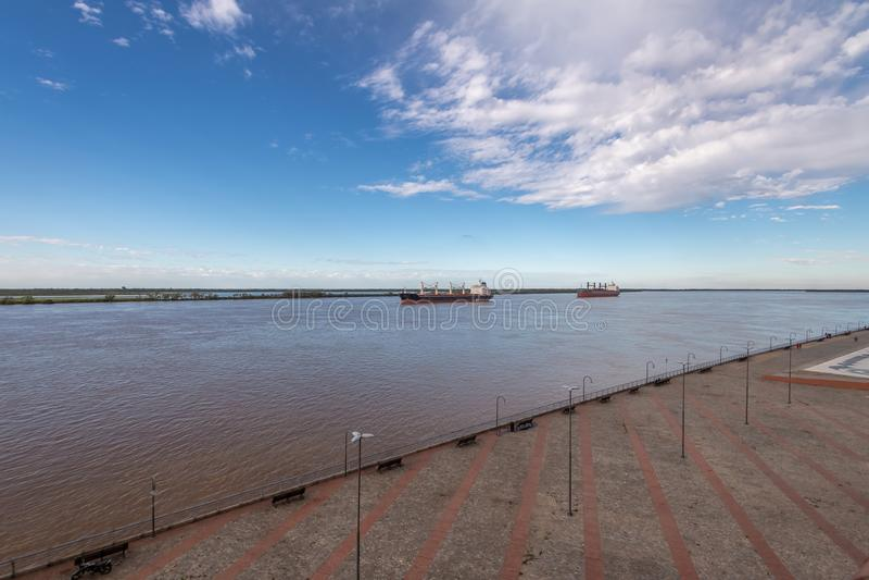 Schiffe in der Parana-Panoramablick - Rosario, Santa Fe, Argentinien stockfotografie