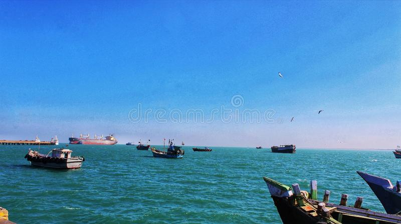 Schiffe, die in den blauen Ozean segeln stockfoto