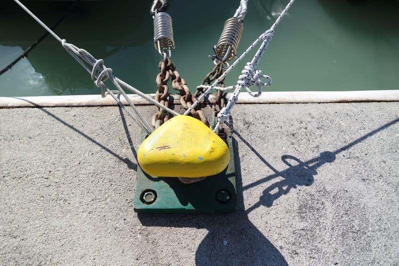 Schiffe, die am Pier ankoppeln stockfotografie