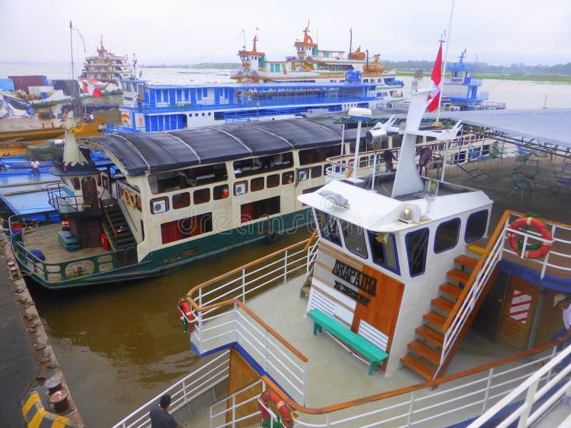 Schiffe festgemacht im Flusshafen lizenzfreie stockfotos