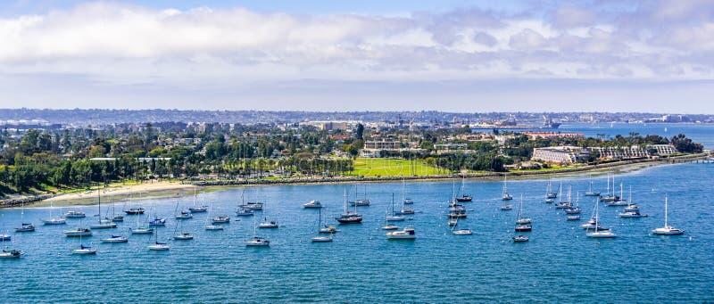 Schiffe festgemacht vor der Küste von Coronado-Insel, San Diego, Süden Kalifornien stockbild