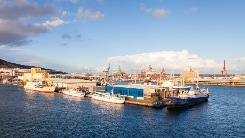 Schiffe werden ankoppelten im Hafen Las Palmas de Gran Canaria, Spanien dargestellt lizenzfreie stockbilder
