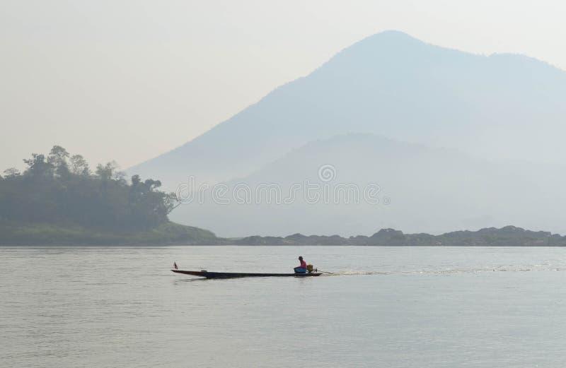 Schiffer Sailing Motorboat In der Fluss lizenzfreies stockbild