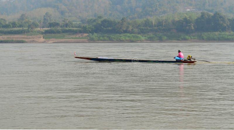 Schiffer Sailing Motorboat In der Fluss stockbild