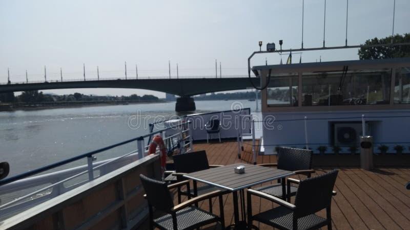 Schifffahrt am Rhein stockbild