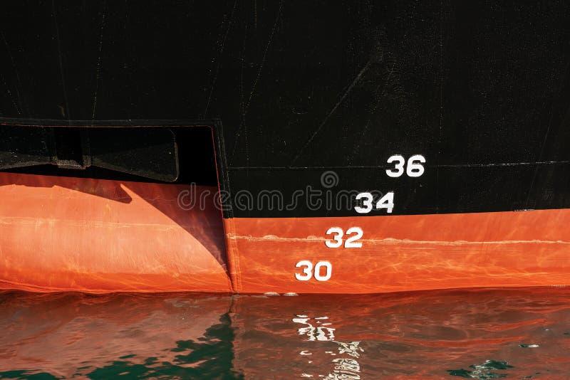 Schiffs-Bug mit Anker und Wasserlinie stockfoto