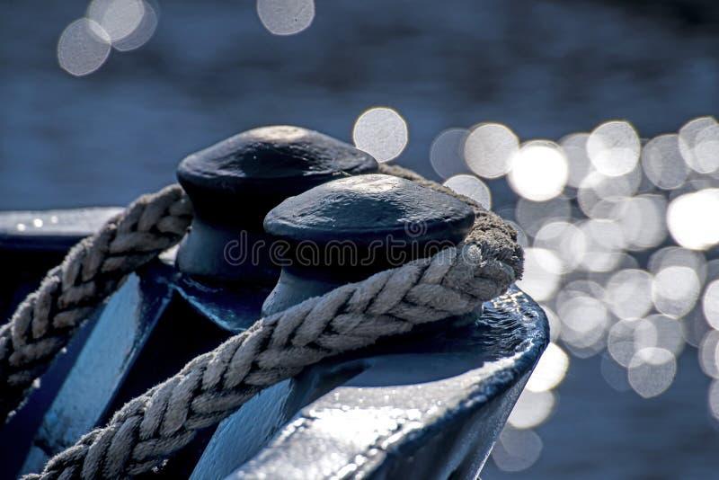 Schiffsbogen mit Wasserreflexionen stockbild