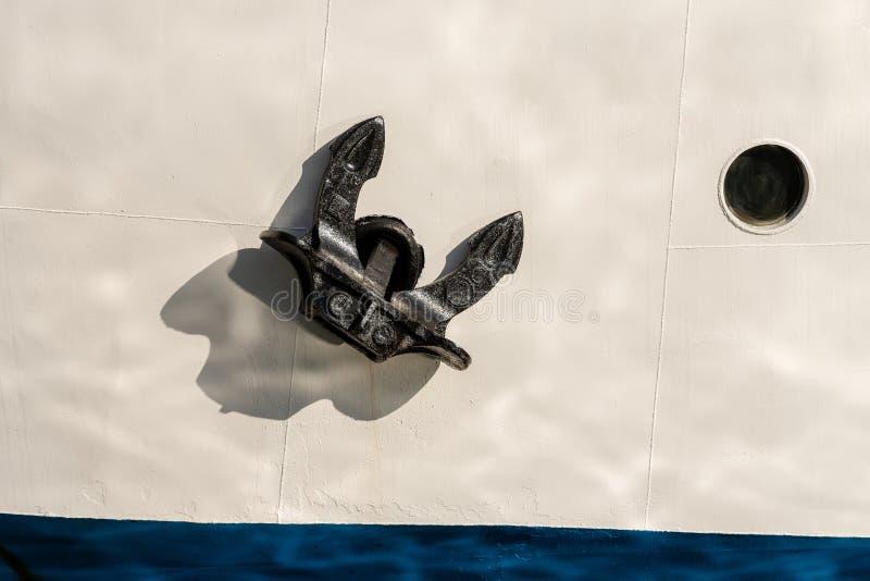 Schiffsbug mit Anker und Öffnung stockbild