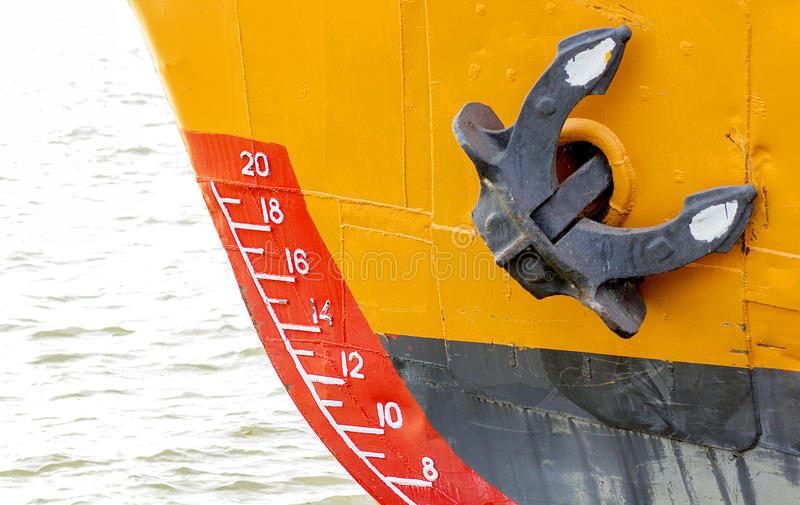 Schiffsbug mit Entwurfsskalanumerierung und -anker stockfotografie