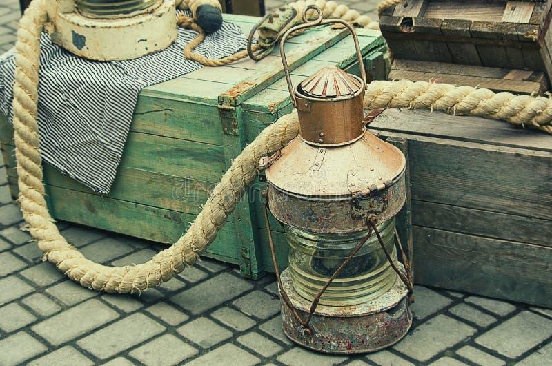 Schiffslaternen der alten Retro- Gegenstände antike See, hölzerne Kisten und Seile lizenzfreie stockfotos