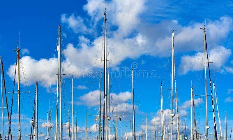Schiffsmaste gegen blauen bewölkten Himmel lizenzfreie stockfotos