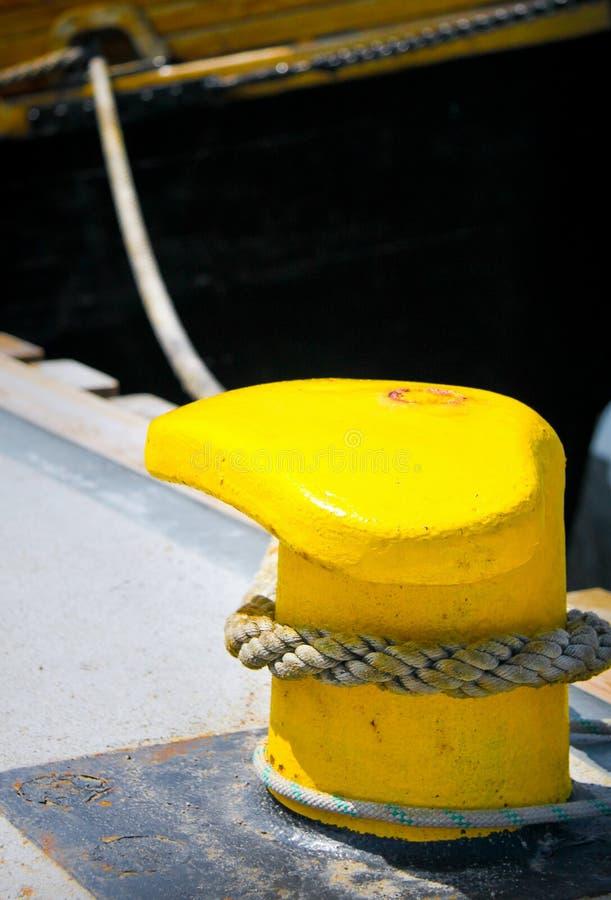 Schiffspoller und Verankerungs- Zeile lizenzfreie stockbilder