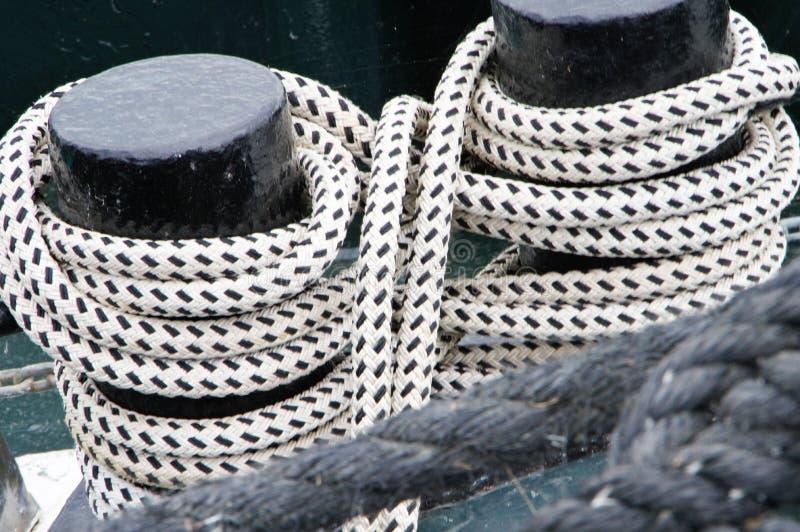 2 Schiffsschiffspoller mit gepeitschten Seilen lizenzfreies stockbild