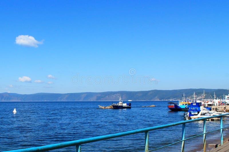 Schiffssegel entlang dem Ufer vom Baikalsee stockbild