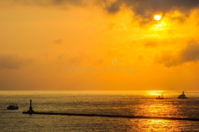 Schiffssegeln im Meer bei Sonnenuntergang stockfoto