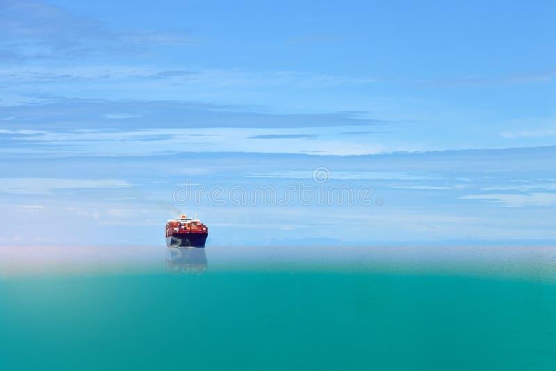 Schiffssegeln im Seeblau und im Kopienraum stockbild