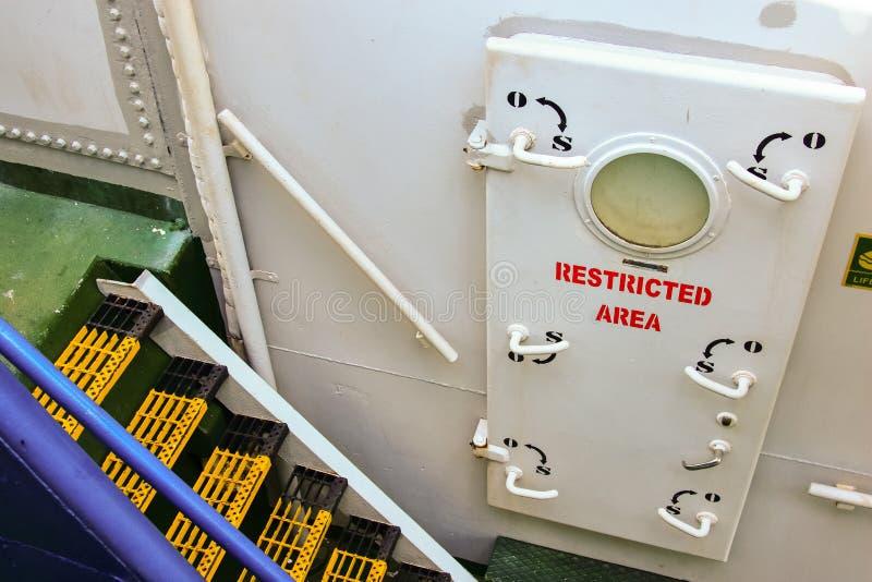 Schiffssperrgebiet, welches die Tür behing ist stockfoto