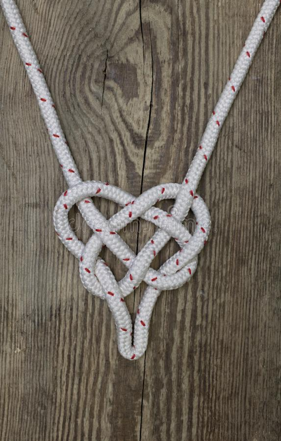 Schiffstau-Knotenform eines Herzens lizenzfreie stockfotos