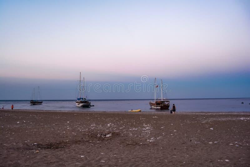 Schiffswolken der Seesonnenschein Strandboote ruhig lizenzfreie stockfotografie
